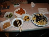 飲み屋さんなので、小さなテーブルをボクのご飯が占領してました